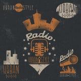 Tappninggrungeetiketter av den stads- den radiomikrofonen och headphoen Royaltyfri Foto
