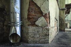 Tappninggrungetextur av väggen, blöder av målarfärg, konkreta och röda tegelstenar för stuckatur royaltyfria foton