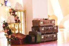 Tappninghög av forntida resväskor Design och loppbegrepp royaltyfri fotografi