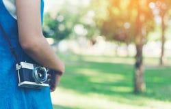 Tappninghöstfoto med flickaanseende i en parkera med den gamla kameran Arkivbilder