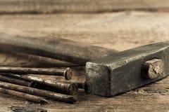 Tappninghammaren med spikar på wood bakgrund Arkivbilder