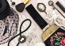 Tappninghandväska, hatt med en skyla och kvinnors smycken Royaltyfri Bild
