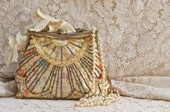 Tappninghandväska och pärlor Royaltyfri Fotografi