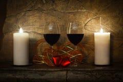 Tappninghemdesign Två exponeringsglas av vin, stearinljus och röd hjärta för nalle Valentindaginre Royaltyfri Fotografi