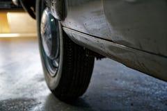 Tappninghjul av den klassiska bilen, skinande bilkropp, selektiv fokus fotografering för bildbyråer
