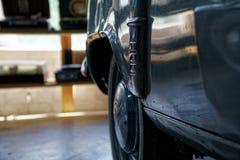 Tappninghjul av den klassiska bilen, skinande bilkropp, selektiv fokus royaltyfri fotografi
