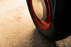 Tappninghjul av den klassiska bilen, skinande bilkropp, selektiv fokus arkivbilder