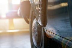 Tappninghjul av den klassiska bilen, skinande bilkropp, selektiv fokus royaltyfri bild