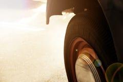 Tappninghjul av den klassiska bilen, skinande bilkropp, selektiv fokus royaltyfria foton