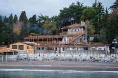 Tappninghus på en kulle vid havet Arkivfoton