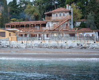 Tappninghus på en kulle vid havet Arkivbild