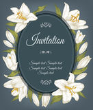 Tappninginbjudankortet med en ram av vita liljor, kan användas för baby shower, bröllop, födelsedag, och annat semestrar Arkivfoto