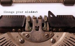 Tappninginskrift som göras av den gamla skrivmaskinen arkivfoto