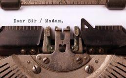 Tappninginskrift som göras av den gamla skrivmaskinen Arkivbild