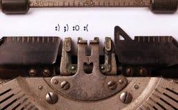 Tappninginskrift som göras av den gamla skrivmaskinen Royaltyfri Fotografi