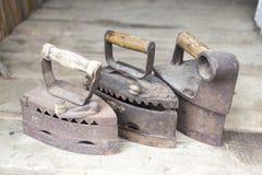 Tappningjärn Järnet som arbetar på kol Tre modeller av gammal ir arkivfoton