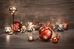 Tappningjulbakgrund med stearinljus och garneringar, text Royaltyfria Bilder