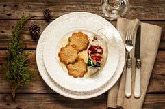 Tappningjultabell - vit platta med ljust rödbrun kakor från över arkivbilder