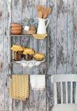 Tappningköksgeråd och kryddor (kanel, kryddnejlikor, gurkmeja) in royaltyfria bilder
