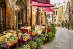 Tappningkafé på hörnet av den gamla staden Arkivbild