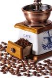 Tappningkaffegrinder och kaffebönor Fotografering för Bildbyråer