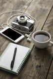 Tappningkamera, dagbok med pannan och kopppf-kaffe Arkivbilder