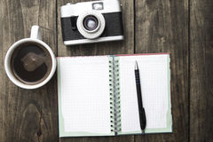 Tappningkamera, dagbok med pannan och kopppf-kaffe Arkivbild