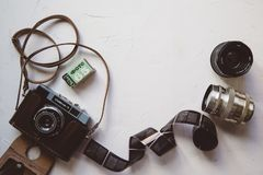 tappningkamera, film, retro linser på den vita tabellen, kopieringsutrymme royaltyfria bilder