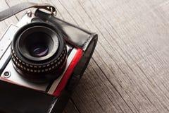 Tappningkamera från 70-tal på en träbakgrund med kopieringsutrymme Arkivfoton