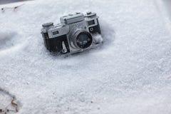 Tappningkamera i snön Arkivbild