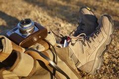 Tappningkamera med att fotvandra kängor och ryggsäcken bakgrund mer mitt portföljlopp Royaltyfria Bilder