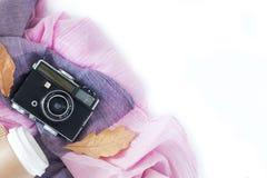 Tappningkamera med kaffe, höstsidor och halsduken på vit bakgrund arkivbilder