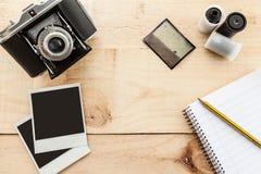 Tappningkamera och gammalt fotomaterial Royaltyfri Fotografi
