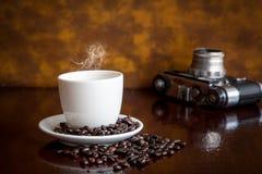 Tappningkamera och kaffe arkivfoton