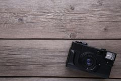 Tappningkamera på grå träbakgrund Gammal fotokamera på grå bakgrund arkivbild