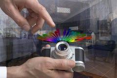 Tappningkameran mans in händer arkivfoton