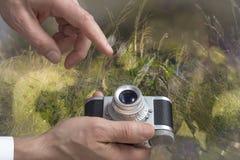 Tappningkameran mans in händer arkivfoto