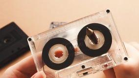 Tappningkassett och blyertspenna som spolar tillbaka bandet på brun bakgrund Arkivbild