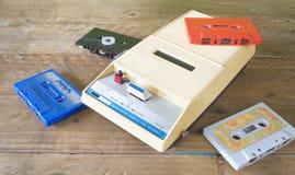 Tappningkassettbandspelare med band Arkivbilder