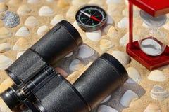 Tappningkikare, kompass, timglas och snäckskal Marine Ba Royaltyfria Bilder