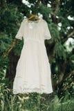 Tappningklänningen hänger utanför uttorkning under en gammal stor oaktree Royaltyfria Foton
