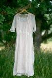 Tappningklänningen hänger utanför uttorkning under en gammal stor oaktree Fotografering för Bildbyråer