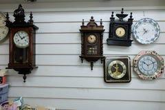 Tappningklockor, gamla klockor för olika stilar på bakgrund för tappningväggbakgrund Royaltyfri Bild