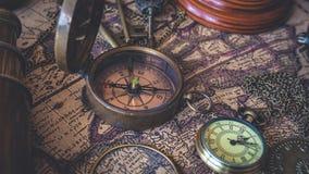 Tappningkompass, klockahänge och teleskop royaltyfria foton
