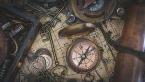 Tappningkompass på gammal världskarta royaltyfria bilder