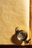 Tappningkompass på gulnat papper Royaltyfri Fotografi