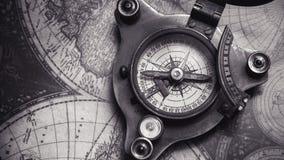 Tappningkompass på världskarta fotografering för bildbyråer