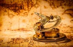 Tappningkompasset ligger på en forntida världskarta. Royaltyfri Fotografi