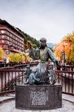 Tappningkonstskulptur av Gero onsen semesterortstaden på solnedgångtid I royaltyfri bild