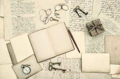 Tappningkontorstillbehör, bok, handskrivna bokstäver Arkivfoton